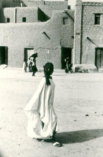 Timbuktu: girl carrying bottle